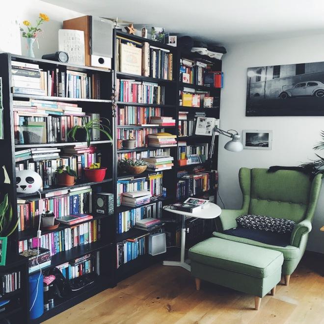 Leseecke mit Bücherregalen